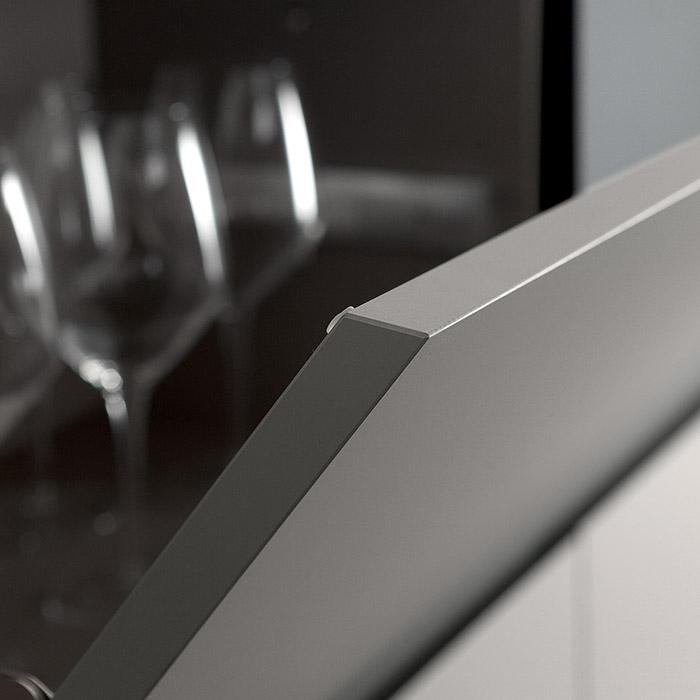Scegli la purezza delle linee di questa maniglia a gola inclinata a 45°. Praticità ed eleganza.