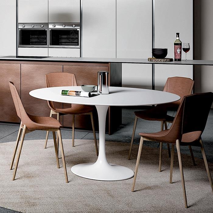 Il tavolo diventa ancora più importante in un open space. Ecco una soluzione rotonda, perfetta da centro stanza.